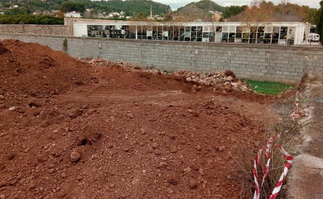 Un vecino alerta al Ayuntamiento de Oliva de que está construyendo nuevos nichos en su parcela