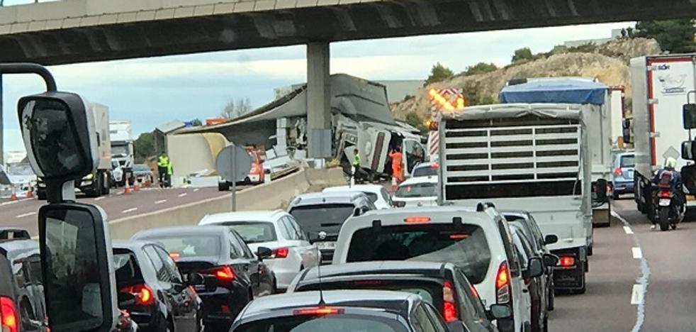Un camión volcado colapsa el by-pass en Paterna y provoca 19 kilómetros de colas