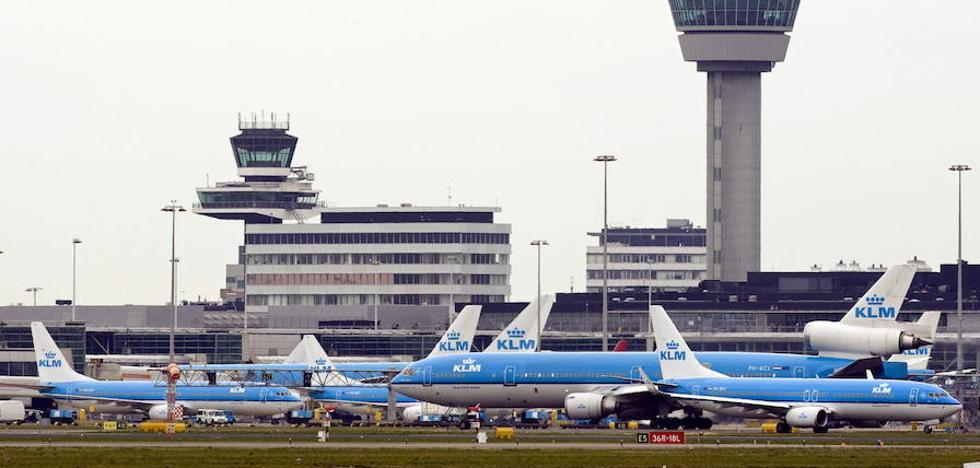 El aeropuerto de Ámsterdam recupera la normalidad tras el ataque de un hombre armado