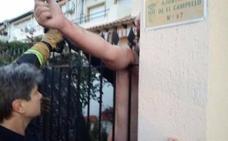 Se ensarta una valla en el hombro al saltarla porque se dejó las llaves dentro de casa