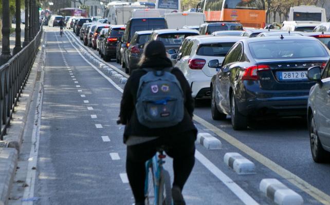 Expertos europeos critican los carriles bici en doble sentido