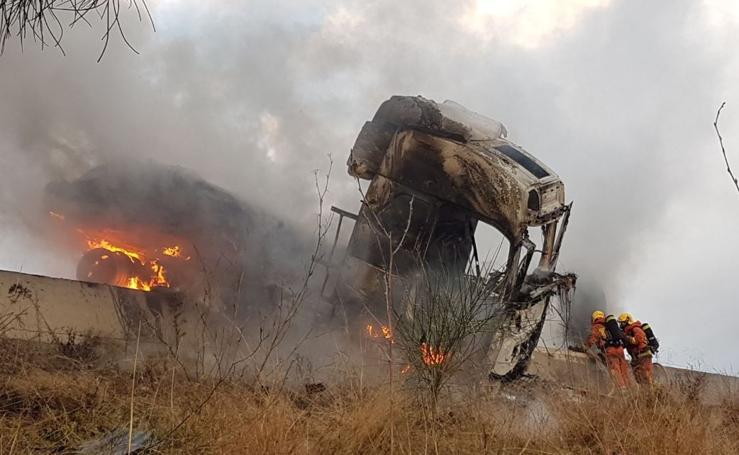 Fotos del incendio de un camión en la A-7 en Silla