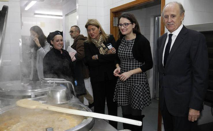 Mónica Oltra visita Casa Caridad