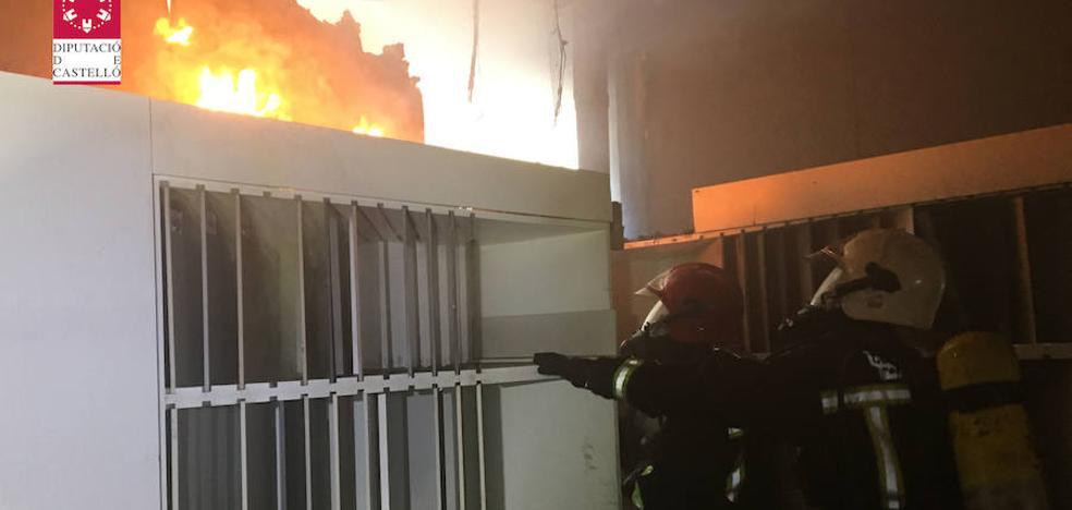 Un incendio quema parte de la exposición de una industria cerámica de Vila-real