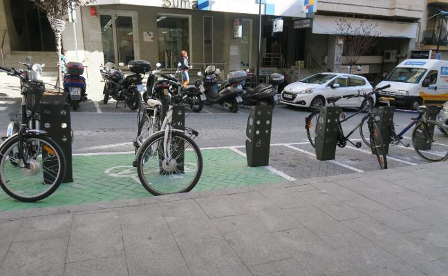 Calp crea en la avenida de Ifac las primeras ocho plazas de aparcamiento para bicis