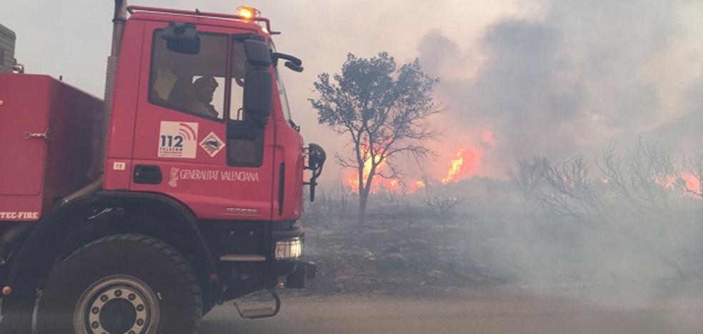 Un bombero herido y masías desalojadas por un incendio descontrolado en Culla