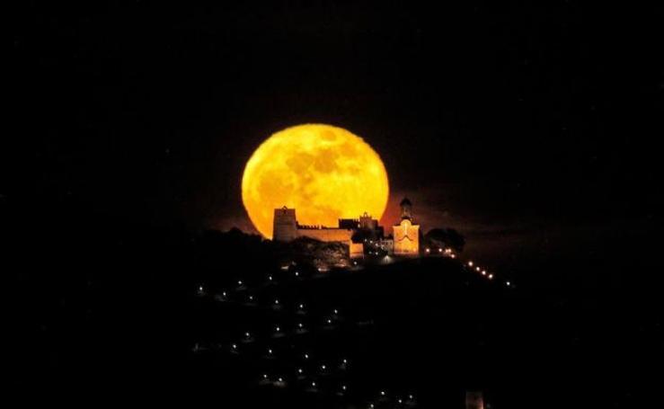 Fotos de la luna sobre el castillo de Cullera