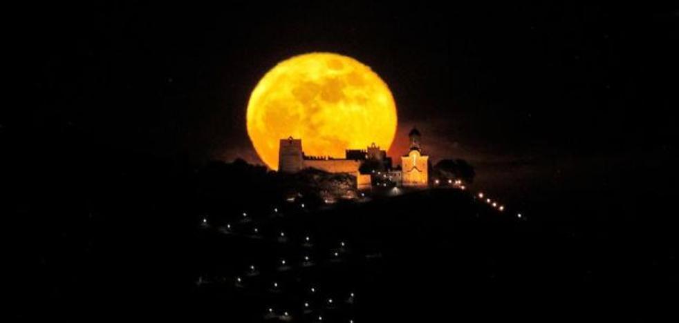 Así sale la luna sobre el Castillo de Cullera