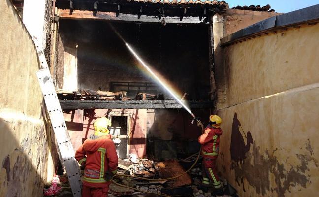 Sufre quemaduras al arder una vivienda