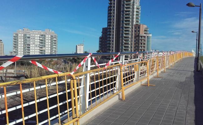 Los ladrones desvalijan el puente que cruza el trazado ferroviario en Nazaret