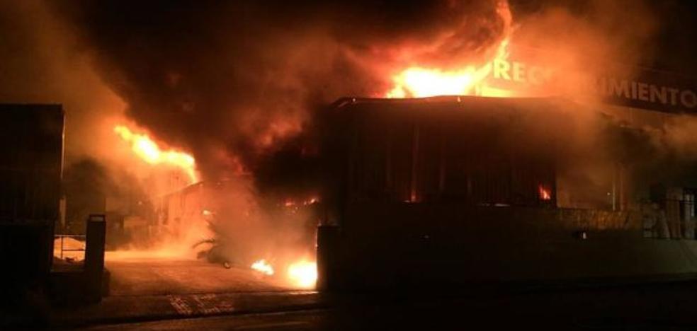 Arde durante cuatro horas una empresa de pinturas en Massamagrell