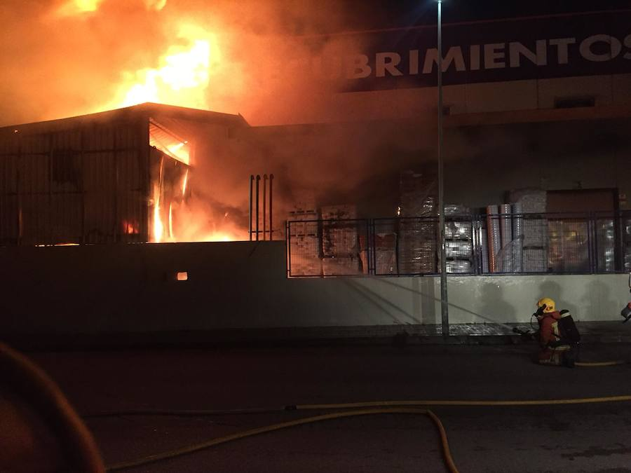 Fotos del incendio en una fábrica de pinturas de Massamagrell