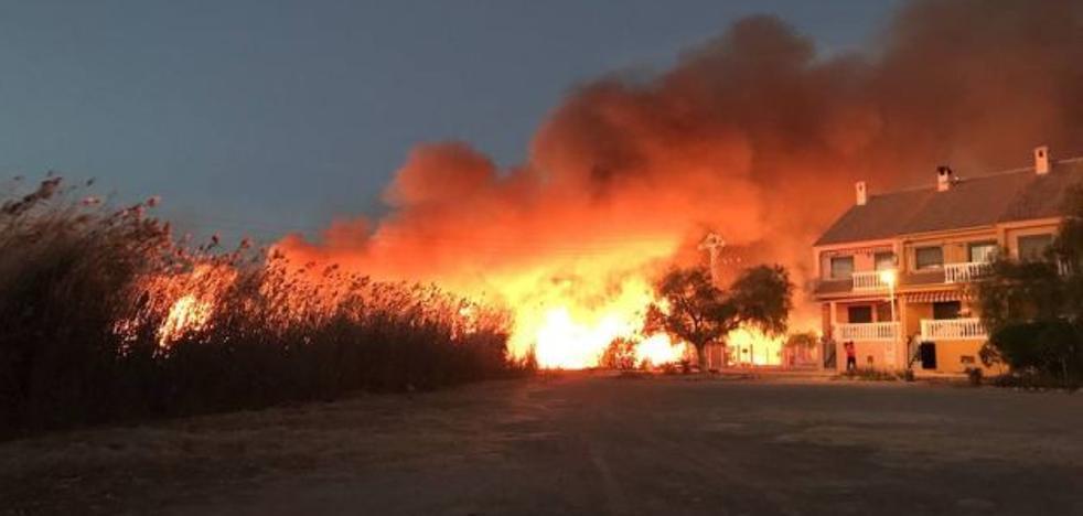 Un incendio arrasa el marjal de Sagunto, daña casas y deja confinados a vecinos