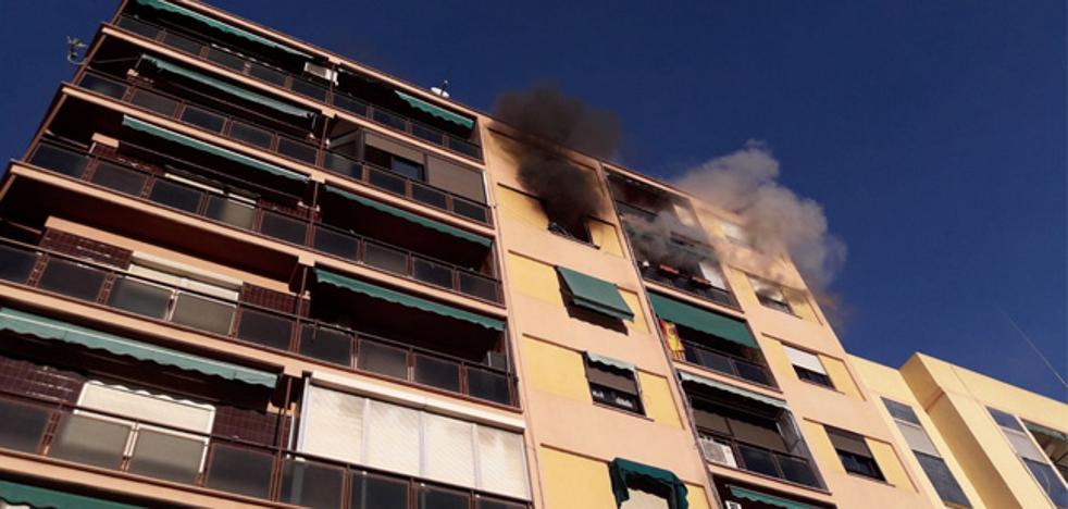 Rescatada una mujer semiinconsciente de un incendio en su edificio en Valencia