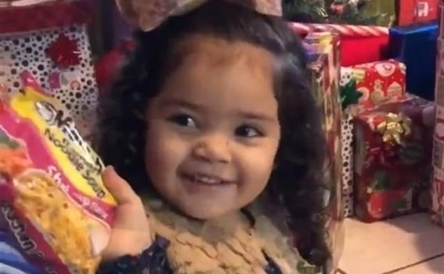 La adorable reacción de una niña cuando recibe sopa instantánea por Navidad