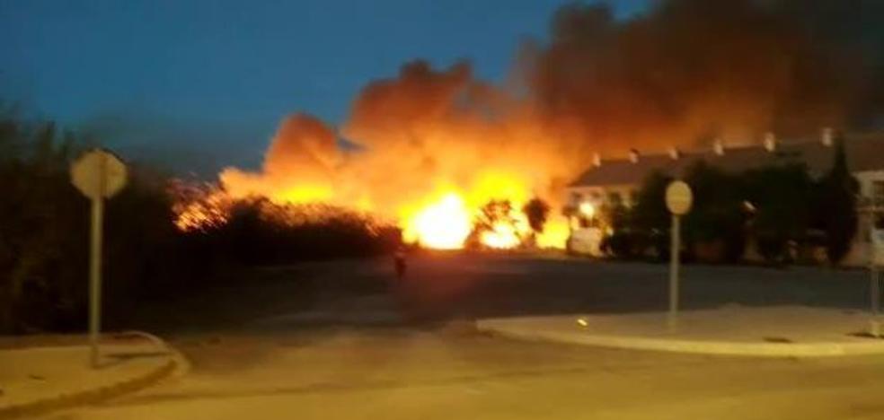 Las llamas, muy cerca de las viviendas en la playa de Puçol