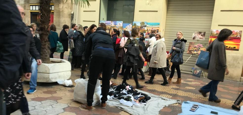 Los manteros vuelven al centro de Valencia pese a la vigilancia