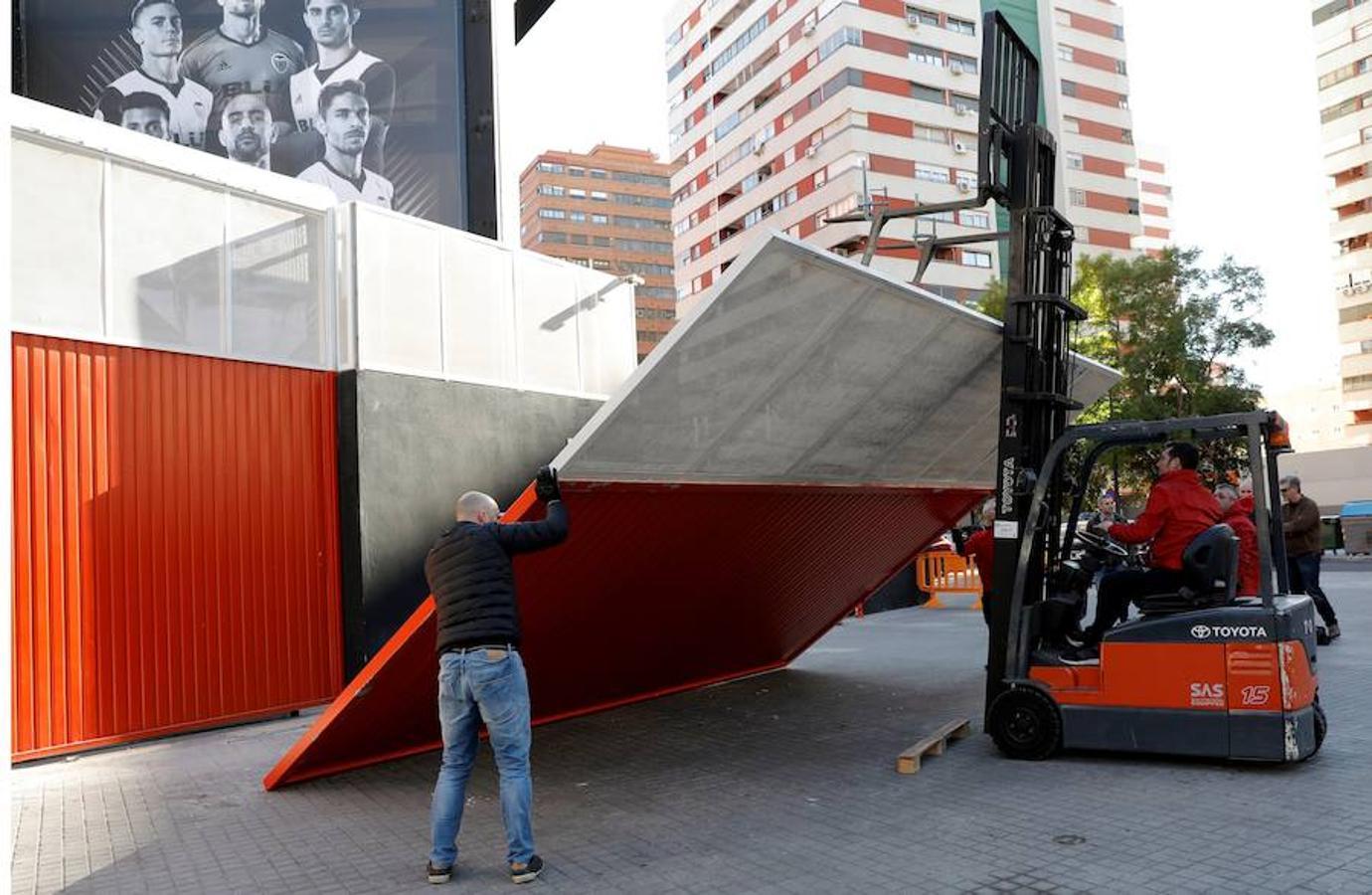 Una puerta corredera cae sobre una joven en Mestalla