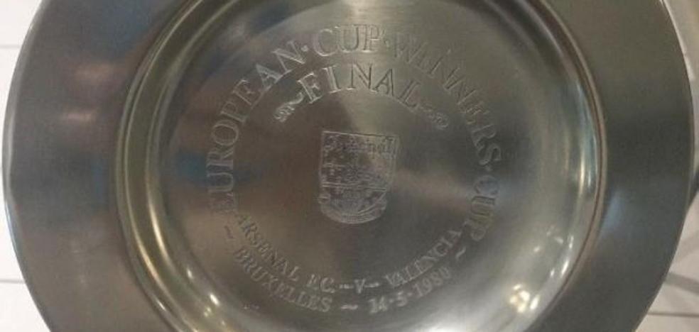 Compran por 800 euros un plato que el Arsenal dio al Valencia en la Recopa