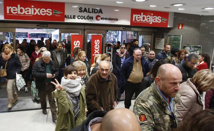 Fotos del primer día de las rebajas de invierno en Valencia