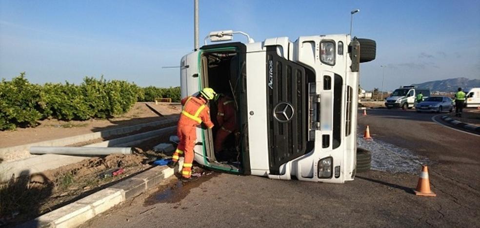 Un conductor queda atrapado dentro de un camión en un accidente en Guadassuar