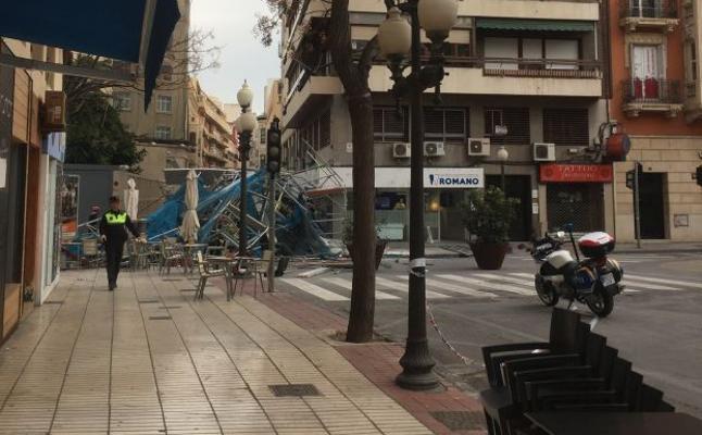 Se desploma un andamio de grandes dimensiones en pleno centro de Alicante