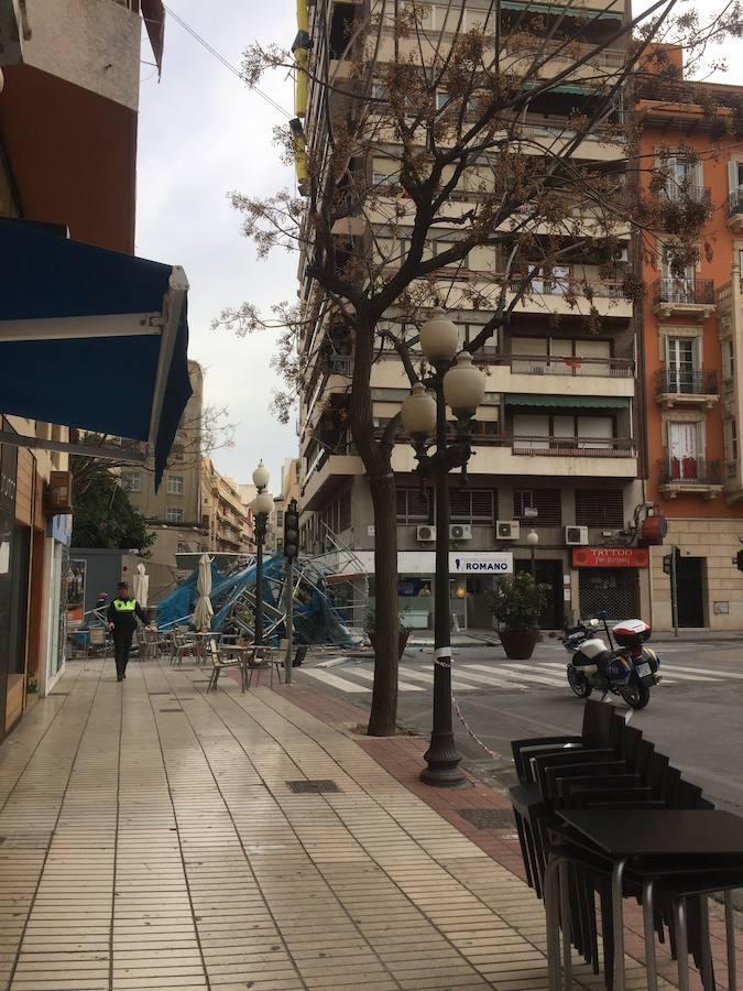 Un andamio de grandes dimensiones se desploma en el centro de Alicante