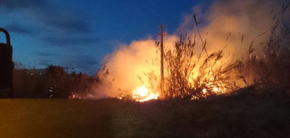 Unas chispas en una torre eléctrica de Dénia causan un incendio en un cañar y cortes de luz