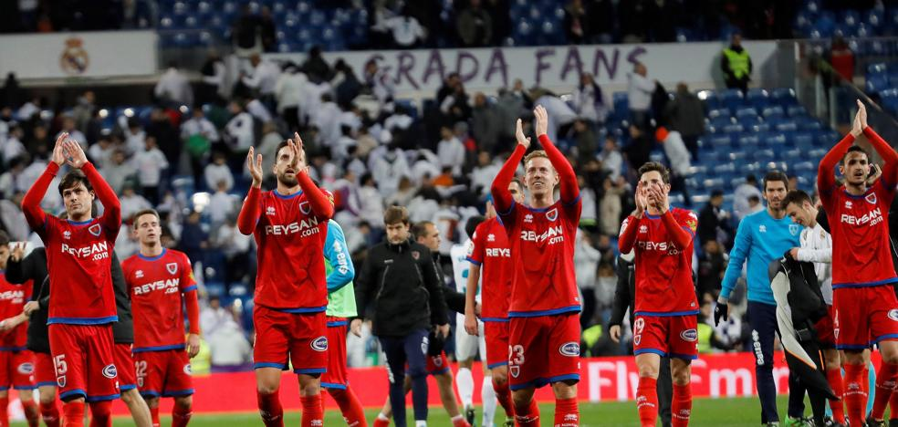 Silbidos y luces reivindicativas en la peor entrada del Bernabéu