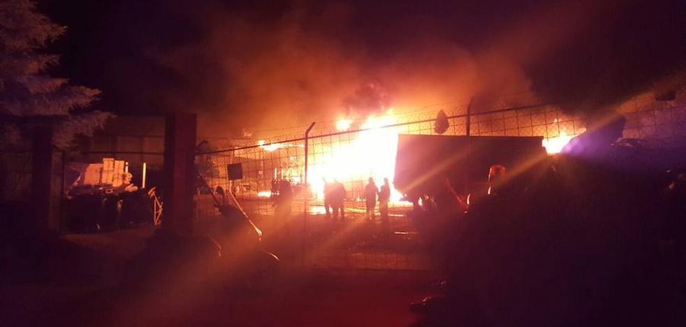 Un incendio arrasa un invernadero en Xàtiva