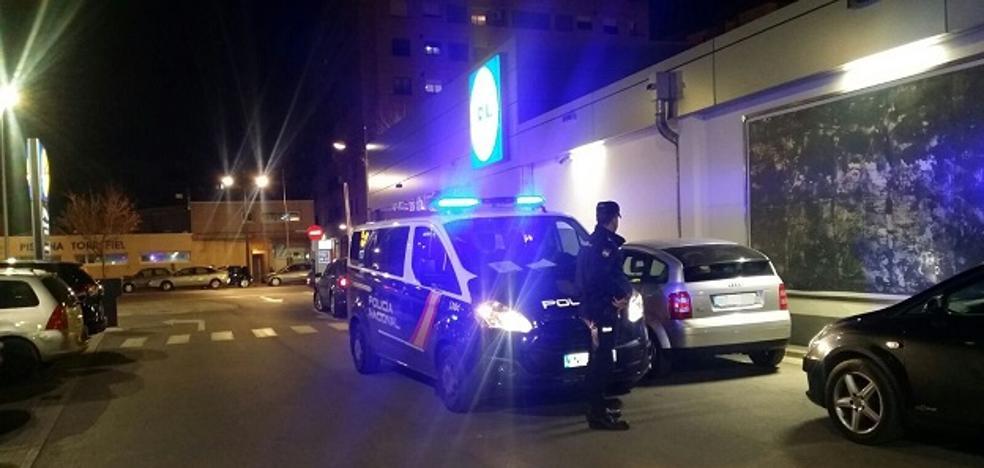 Dos policías salvan a un niño inconsciente que estaba en un coche en el parking de un supermercado de Valencia