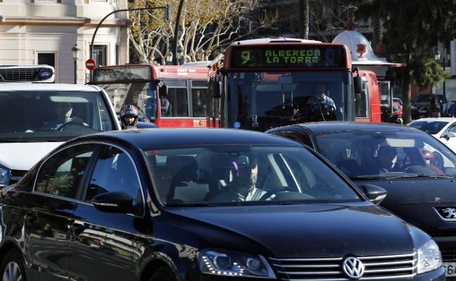 Casi una treintena de líneas de la EMT circulan con retraso por los atascos de tráfico