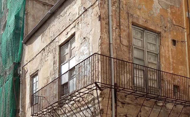Un edificio municipal en ruinas junto a la Lonja acumula un retraso de cuatro años