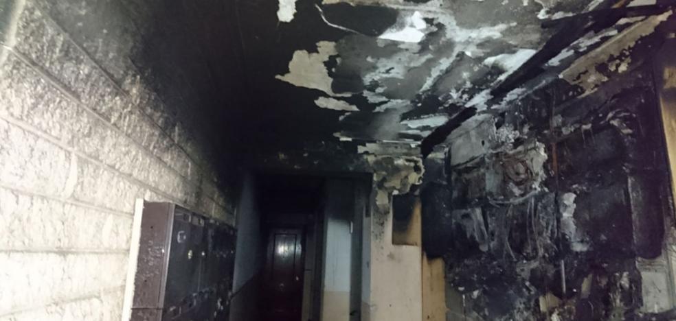 Desalojan un piso de 20 viviendas en Alfafar por un incendio en el cuadro de contadores