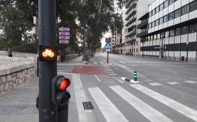 Alertan de otra señal inventada en el anillo ciclista que da preferencia a las bicicletas