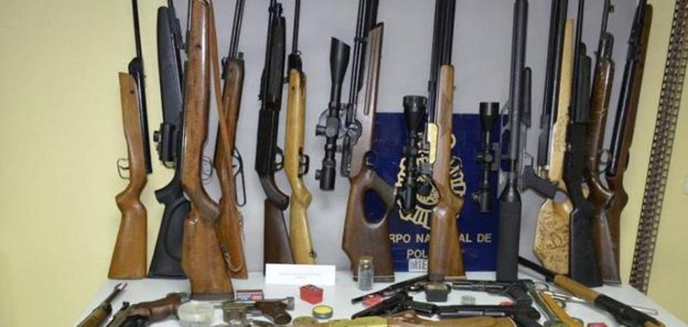 Detenido un hombre denunciado por violencia de género con un arsenal de armas