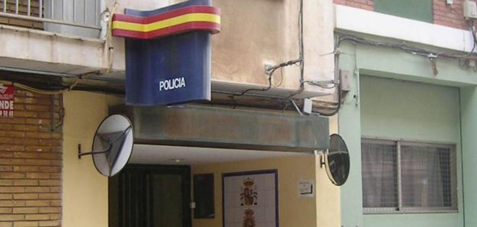 Una mujer acude a la Policía de Mislata en pijama seguida por su expareja con un cuchillo y gritando «te mato»