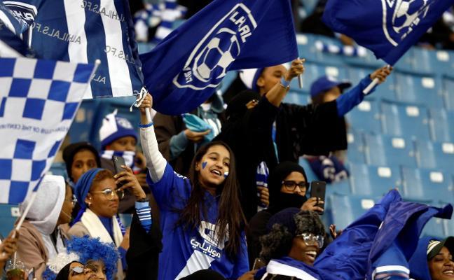 Las mujeres se sientan en los estadios en la parte más alta de las gradas