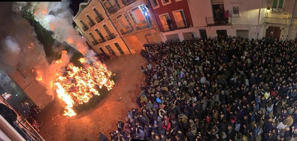 Valencia y Canals cumplen con el ritual de quemar la hoguera de San Antonio