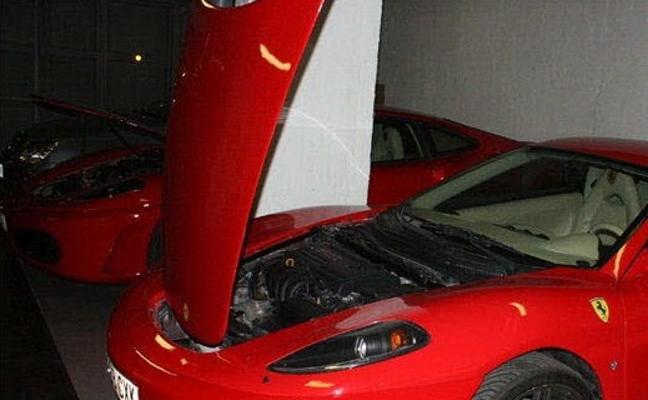 Un presunto estafador tunea la carrocería de un viejo coche para venderlo como un Ferrari