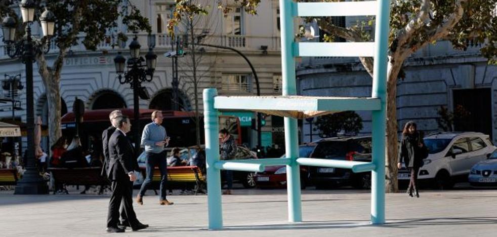 ¿Qué hace una silla gigante en la plaza del Ayuntamiento de Valencia?