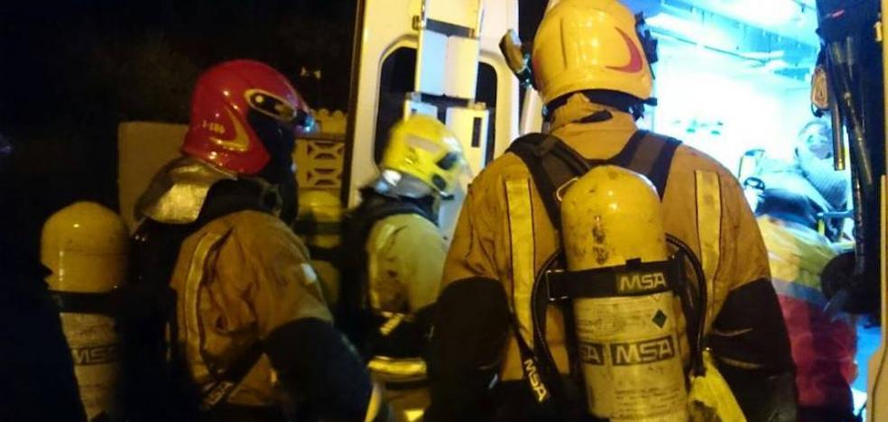 Tres personas atendidas por intoxicación por humo tras incendiarse su chalé en El Verger