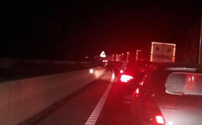 Cientos de conductores, atrapados en la A-7 durante horas por un accidente mortal en Xàtiva