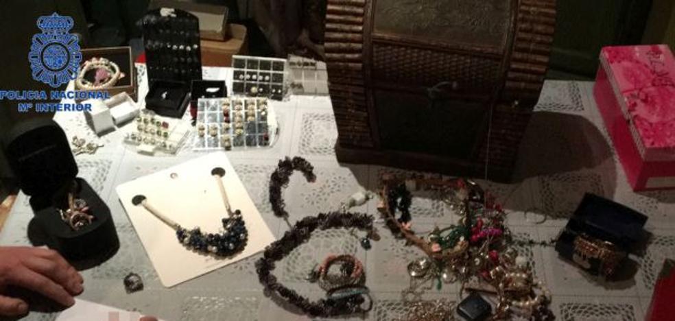 Detenidos una limpiadora y su hijo por el robo de joyas en casas de ancianos en Gandia