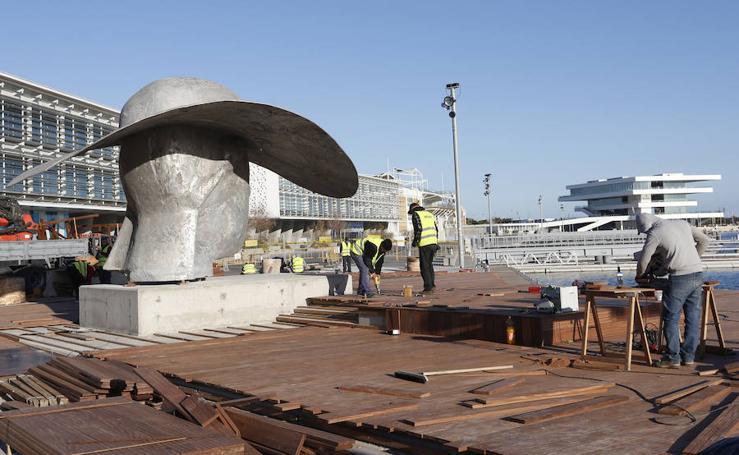 Fotos del traslado de 'La Pamela' de Manolo Valdés a La Marina Real de Valencia