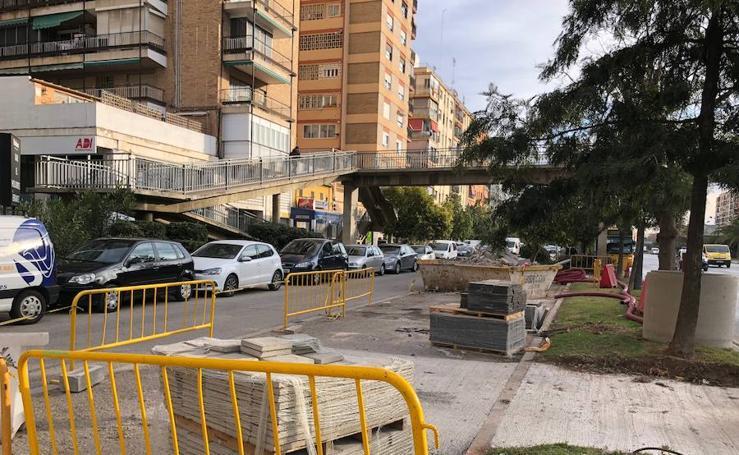 Fotos del cierre de dos de las cinco pasarelas de la avenida del Cid para su desmontaje