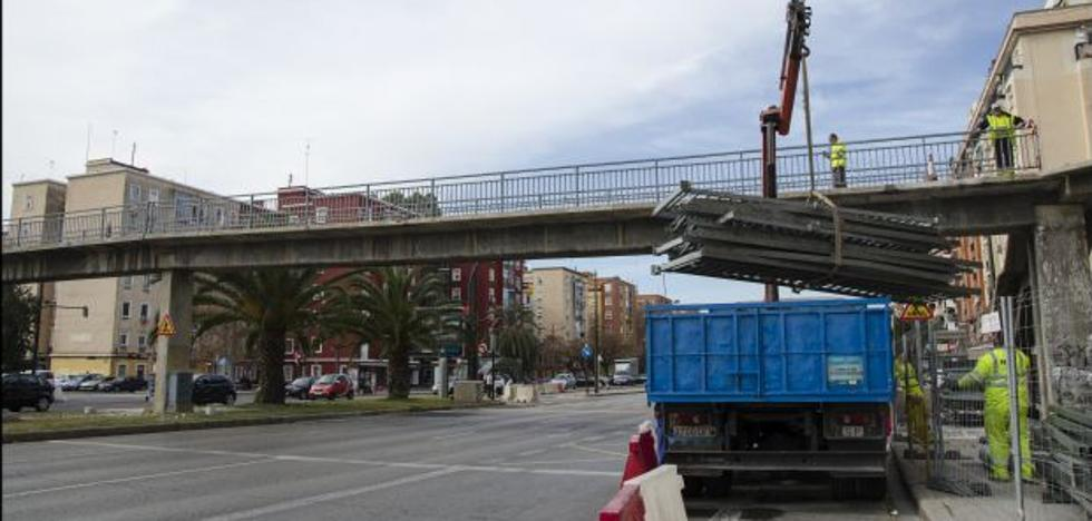 Cierran dos de las cinco pasarelas de la avenida del Cid para su desmontaje