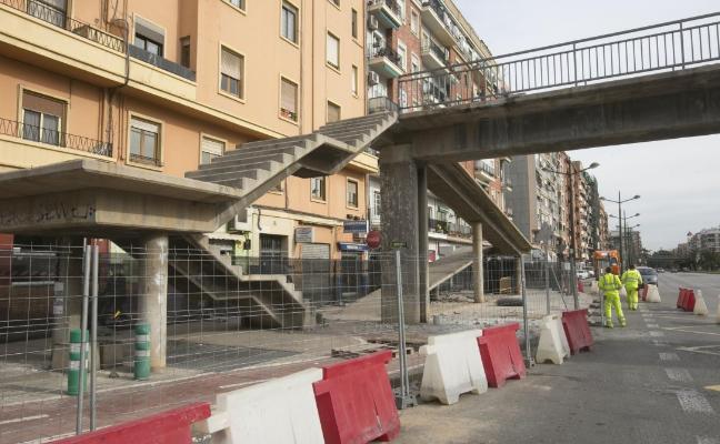 Vecinos y taxistas critican la retirada de las pasarelas de la avenida del Cid