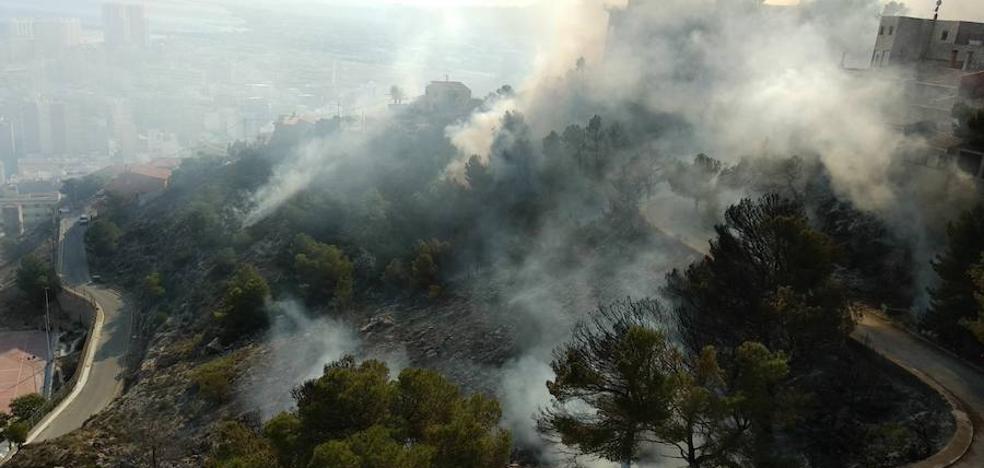 Un incendio en Cullera obliga a desalojar viviendas y un instituto