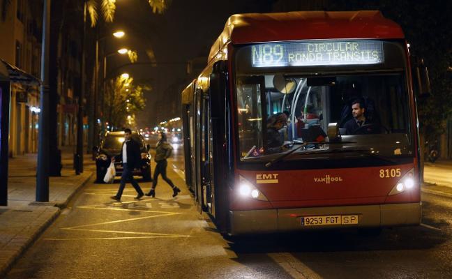 La prohibición de aparcar en el carril bus de noche no llena los parkings